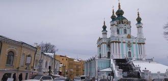 Alte Straße in Abfall und St- Andrew` s Kiew-Andreevsky Kirche lizenzfreies stockbild