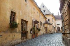 Alte Straße in Brasov, Rumänien Lizenzfreies Stockfoto