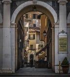 Alte Straße in Brescia, Ansicht durch den Bogen in der Mitte Lizenzfreies Stockbild