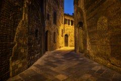 Alte Straße der Nachtzeit der Stadt von Montepulciano Stockfotos