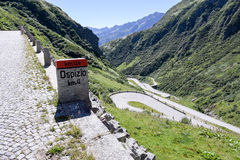 Alte Straße, die zu Durchlauf St. Gotthard führt Lizenzfreie Stockbilder