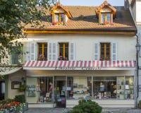 Alte Straße in Ferney-Valtaire lizenzfreie stockfotografie