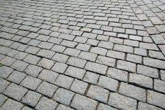 Alte Straße gepflastert mit dem Kopfstein Stockfotos