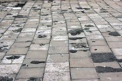 Alte Straße gepflastert mit Granitsteinen Stockfotos