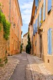 Alte Straße im Dorf von Vaison-La Romain, Provence, Frankreich Lizenzfreie Stockfotos