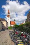 Alte Straße mit Fahrradparken im Vordergrund Lizenzfreie Stockfotografie