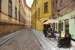 Alte Straße mit Hotel und Gaststätte in Prag. Lizenzfreies Stockfoto