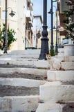 Alte Straße mit steinigen Schritten und sitzende Katze an Sitian-Stadt im Ostteil von Kreta-Insel Stockbilder