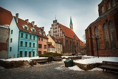 Alte Straße in Riga, Lettland lizenzfreie stockbilder