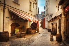 Alte Straße in Riga, Lettland lizenzfreies stockfoto