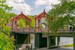 Alte Straße und Brücke in Trondheim Stockbilder