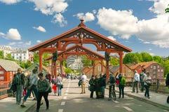 Alte Straße und Brücke in Trondheim Lizenzfreie Stockfotos