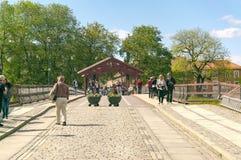 Alte Straße und Brücke in Trondheim Stockfotos