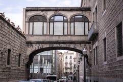 Alte Straße und Gebäude in der historischen Mitte von Barcelona stockbilder