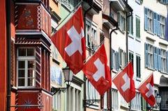 Alte Straße in Zürich verziert mit Markierungsfahnen lizenzfreies stockfoto