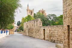 Alte Straße zur Moschee, gotisches St. Nicholas Cathedral in Famagusta, Nord-Zypern Lizenzfreie Stockfotos