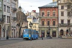 Alte Straßen, mittelalterliche Architektur, blaue Tram Stockfotos