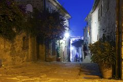 Alte Straßen nachts in der Stadt 'Castiglione-della Pescaia ' lizenzfreies stockfoto