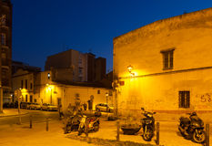Alte Straßen von Sant Adria de Besos am Abend Stockfoto