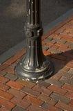 Alte Straßenbeleuchtung und Ziegelsteinbürgersteig stockfotos