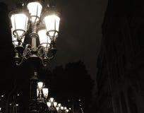 Alte Straßenlaterne in Barcelona nachts auf dunklem Hintergrund Stockfotos