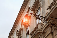 Alte Straßenlaterne, Detail einer alten Beleuchtung in der Verdichtereintrittslufttemperat Stockfoto