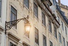 Alte Straßenlaterne in Lissabon, Detail einer alten Beleuchtung in der Verdichtereintrittslufttemperat Lizenzfreies Stockbild