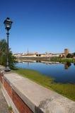 Alte Straßenlaterne nahe der Arno-Fluss mit Skylinen von Florenz auf Hintergrund Stockfoto