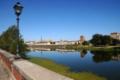 Alte Straßenlaterne nahe der Arno-Fluss mit Skylinen von Florenz auf Hintergrund Stockfotografie