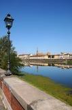Alte Straßenlaterne nahe der Arno-Fluss mit Skylinen von Florenz auf Hintergrund Lizenzfreie Stockfotos