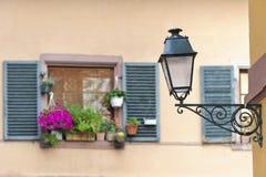 Alte Straßenlaternen mit Fenstern im Hintergrund, Straßburg, Frankreich Stockfoto
