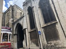 Alte Straßenbahn und Schloss in Lissabon Portugal stockbilder