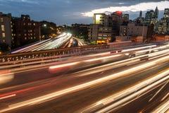 Alte strade asfaltate elevate di modo della giunzione con i semafori dell'automobile di notte nella città Fotografia Stock Libera da Diritti
