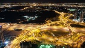 Alte strade trasversali di traffico nel lasso di tempo della città 4k della Dubai video d archivio