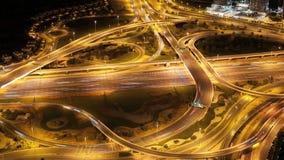 Alte strade trasversali di traffico nella città della Dubai