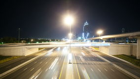 Alte strade trasversali di traffico nella città della Dubai stock footage