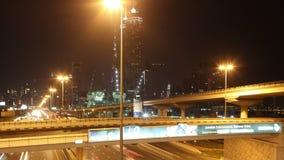Alte strade trasversali di traffico nella città della Dubai archivi video