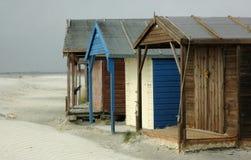Alte Strandhütten BRITISCH lizenzfreies stockbild