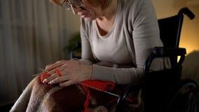 Alte strickende Frau, die vom Rütteln von Händen Krankheit, Hoffnungslosigkeit hoffnungslos sich fühlt lizenzfreie stockfotografie