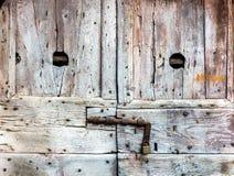 Alte strukturierte verwitterte Holztür mit Vorhängeschloß Schmutz und raue Oberfläche zum Entwurfs-Zweck lizenzfreie stockbilder
