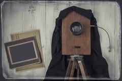 Alte Studiokamera und alte Fotos Lizenzfreie Stockfotos