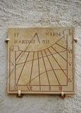 Alte Sundial- oder Sonneborduhr auf einer Wand Stockfotografie