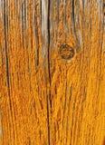 Alte Täfelung mit der gelben Farbe, die weg abzieht Stockfotos