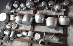 Alte Töpfe im Eisen hingen an der Wand lizenzfreies stockfoto