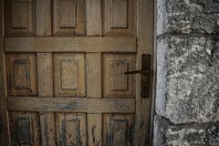 Alte Tür auf altem Ziegelsteinsteinwandhintergrund Lizenzfreies Stockfoto