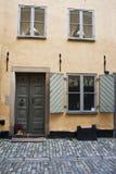 Alte Tür auf Straße in der alten Stadt Stockholm, Schweden Lizenzfreies Stockbild