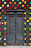 Alte Tür Dekorative Blumenpotentiometer Straßendekorationen Lizenzfreies Stockfoto