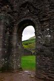 Alte Tür an den Ruinen von Llanthony-Kloster, Abergavenny, Monmouthshire, Wales, Großbritannien Lizenzfreie Stockfotografie