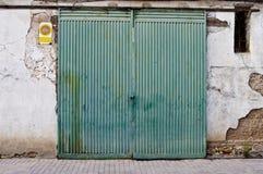 Alte Tür in der alten Straße von Shops Stockfotografie