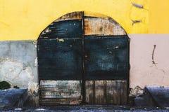 Alte Tür des Gebäudes in Portovenere lizenzfreie stockfotos